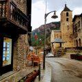 Ordino Seguramente el nombre resultará familiar a muchos lectores, y sobre todo a los aficionados al esquí, ya que en la parroquia de Ordino -una de las siete en las que está dividido el Principado- se encuentra uno de los dominios esquiables de Andorra. Su capital homónima es, sin duda, con una interesante oferta cultural, el pueblo más icónico de este pequeño país. Casas museo como la de Areny Plandolit o la Casa Rossell desvelan la forma de vida en la zona desde el siglo XV hasta nuestros días, o instalaciones como el Museo Postal descubren aspectos culturales a través de las típicas construcciones de pizarra pirenaicas con vistosos balcones adornados de flores. Recorrerlo permite sumergirse en la historia y ahondar en sus tradiciones.