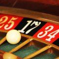 """Genting Casinos UK, filial inglesa del grupo Genting Internacional, con sede en Malasia y propiedad del multimillonario Lim Kok Thay, planea invertir 140 millones de euros en la construcción de un casino-resort en Andorra, que supondría la mayor inversión extranjera de la historia del Principado. Genting Casinos UK es uno de los nueve operadores que se han presentado al concurso internacional para la construcción del primer y único casino de Andorra, cuyo proceso de licitación se encuentra en la fase final y podría resolverse en las próximas semanas. El proyecto Genting Grand Casino Andorra es el que prevé la mayor inversión -las otras propuestas están valoradas entre los 12 y 18 millones- y el único que contempla servicios complementarios. En este sentido, la propuesta de Genting incluye un mercado gastronómico para acoger restauradores locales, un 'spa' especializado en terapias antiedad y dos plantas para salones privados y suites para jugadores de élite. De los 140 millones de euros de inversión proyectados, 90 se destinarán a las dependencias del casino, 15 al espacio gastronómico y al spa médico y los 35 millones restantes a la construcción de la torre residencial. """"La experiencia de Genting ha demostrado que el tradicional casino como se conocía hasta ahora está obsoleto. De ahí la apuesta por un resort integrado para complementar todos los servicios que el país puede dar a los turistas"""", asegura en un comunicado la responsable de relaciones institucionales de Genting Grand Casino Andorra, Stephanie Steinbrecht-Aleix. La propuesta del grupo podría generar un millar de puestos de trabajo, 600 nuevos empleos en la fase de construcción y 400 cuando se abran las instalaciones, e incrementar el PIB del país casi un 1 %. La filial inglesa Genting Casinos UK posee el 70 % del Grand Casino de Andorra, mientras que el 30 % restante del capital está en manos del empresario andorrano Marc Giebels van Bekestein y los británicos Mark Vlassopulos y David Gray. Los impulsor"""